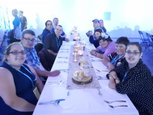 Groupe à table